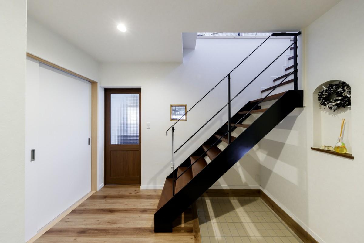 2階に上がる家族の様子が小窓を通してリビングから見ることができる設計