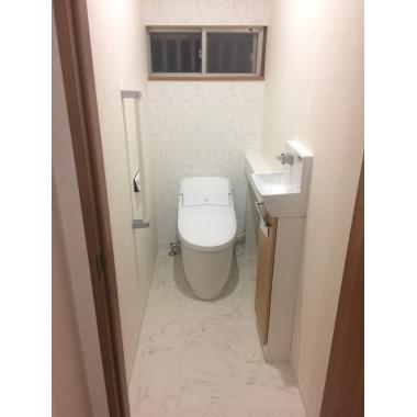 明るくて清潔感のあるトイレに。手すりを取り付け家族の皆が安心して使えるようになった。