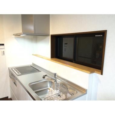 窓部分に物置スペースを設けた壁付けⅠ型キッチン。