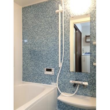 清潔感のある色合いの浴室!