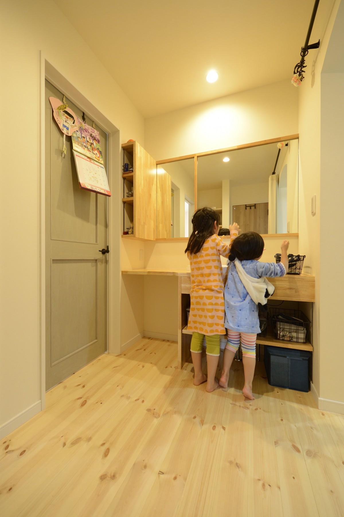 2人並んで身支度ができる大工さん手作り洗面台