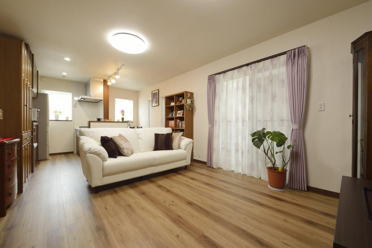1階は落ち着いた雰囲気の親世帯の空間