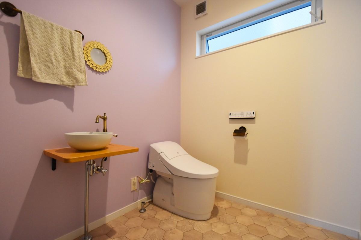 広々としたトイレ ピンクのクロスでかわいらしい雰囲気に