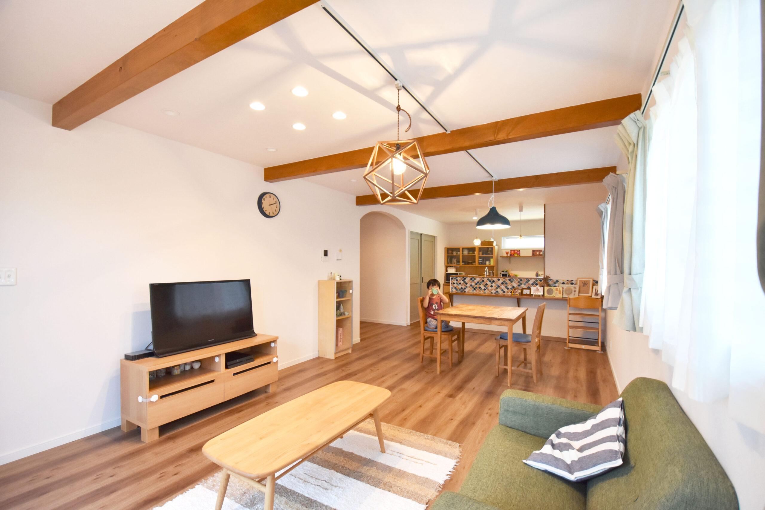 ウッドデッキがある木の温もり溢れるカフェ風の家