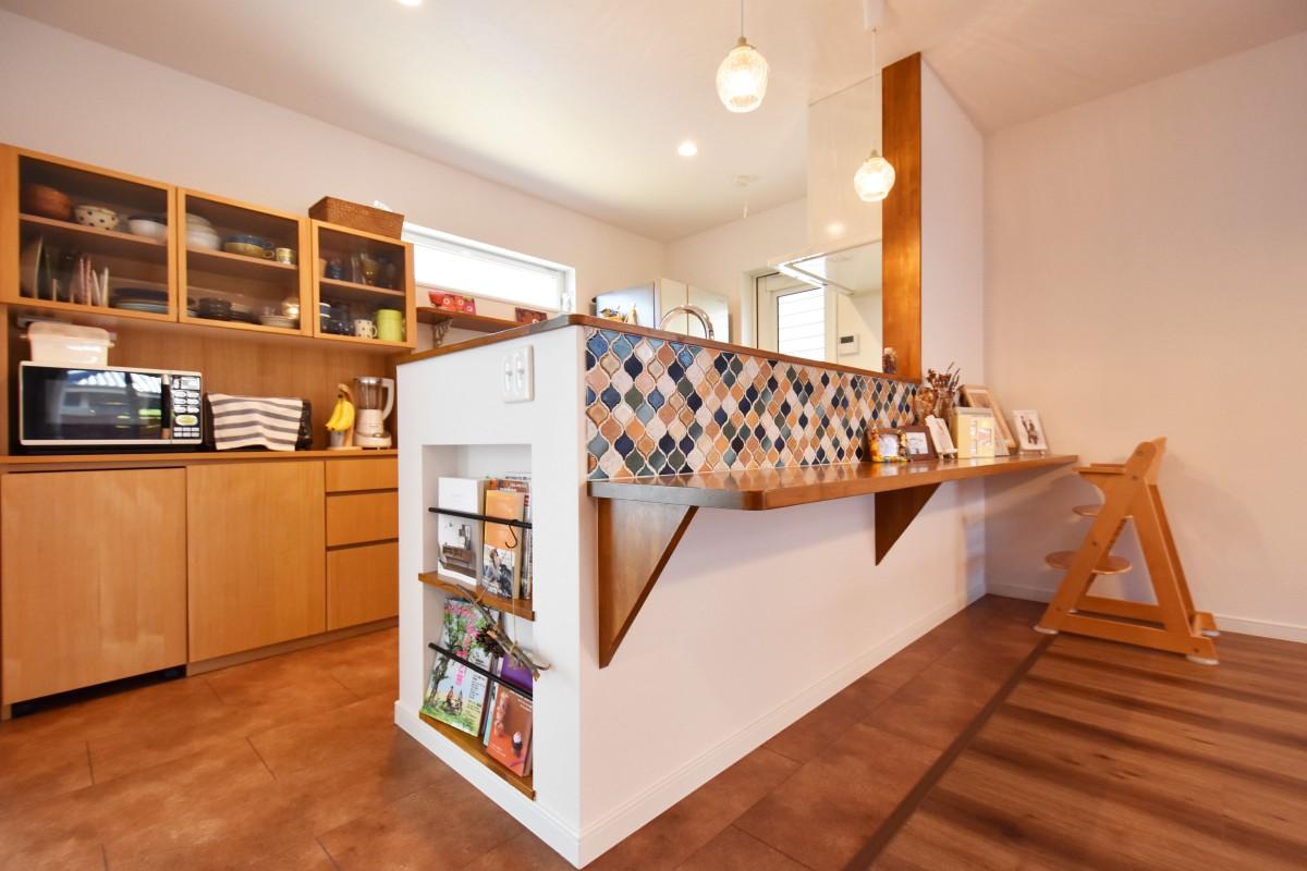 カウンターにタイルをあしらいカフェ風にデザイン