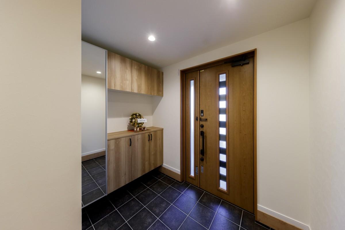 幅が広いドアで使いやすいだけでなく、ゆったりとした印象となった玄関。