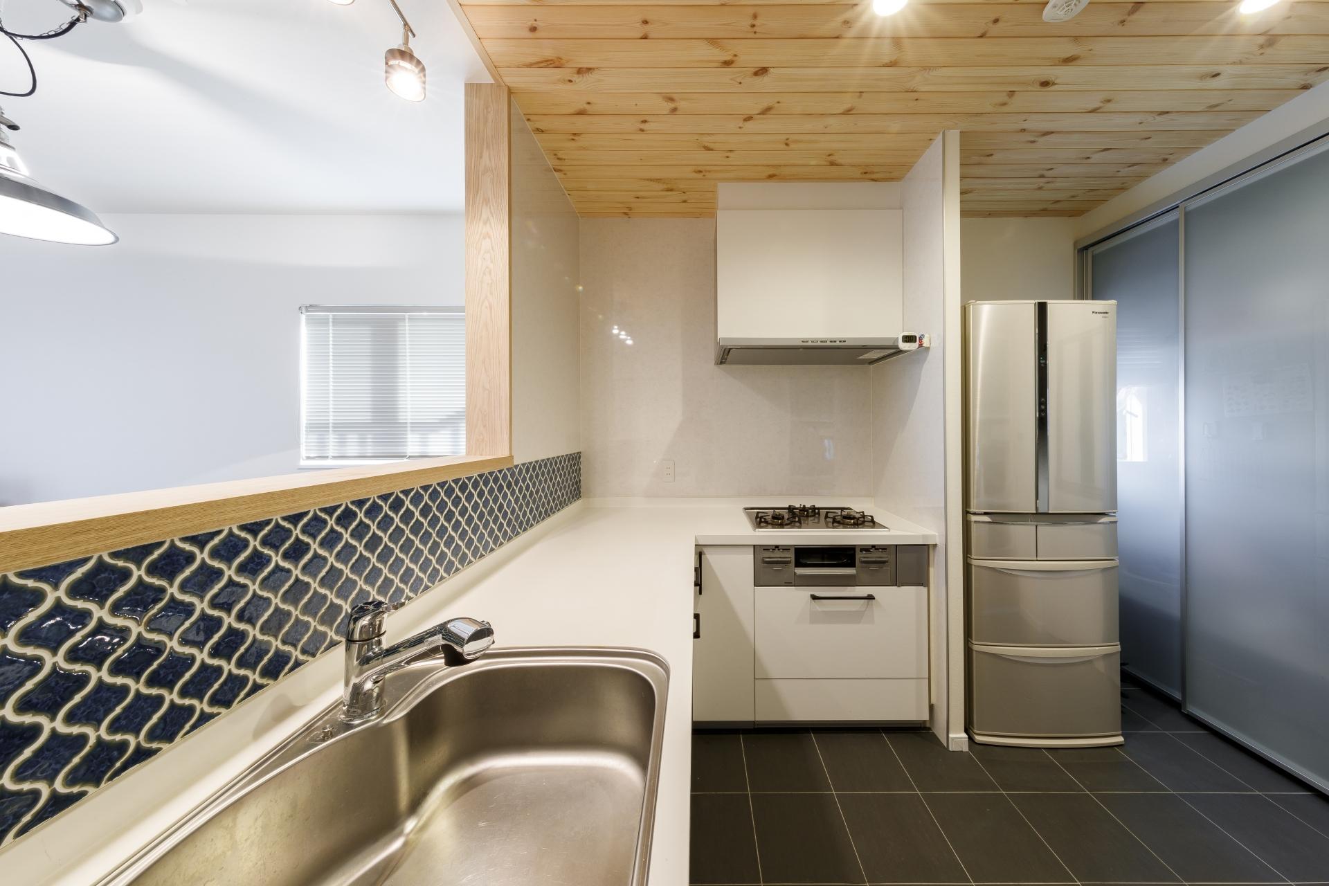 ワンフロアで家事ができる 大きなバルコニーとL字型キッチンのある家