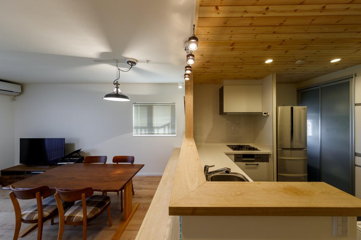天井には木目、アクセントにタイルを。甘すぎないかっこかわいいカフェ風のインテリア。