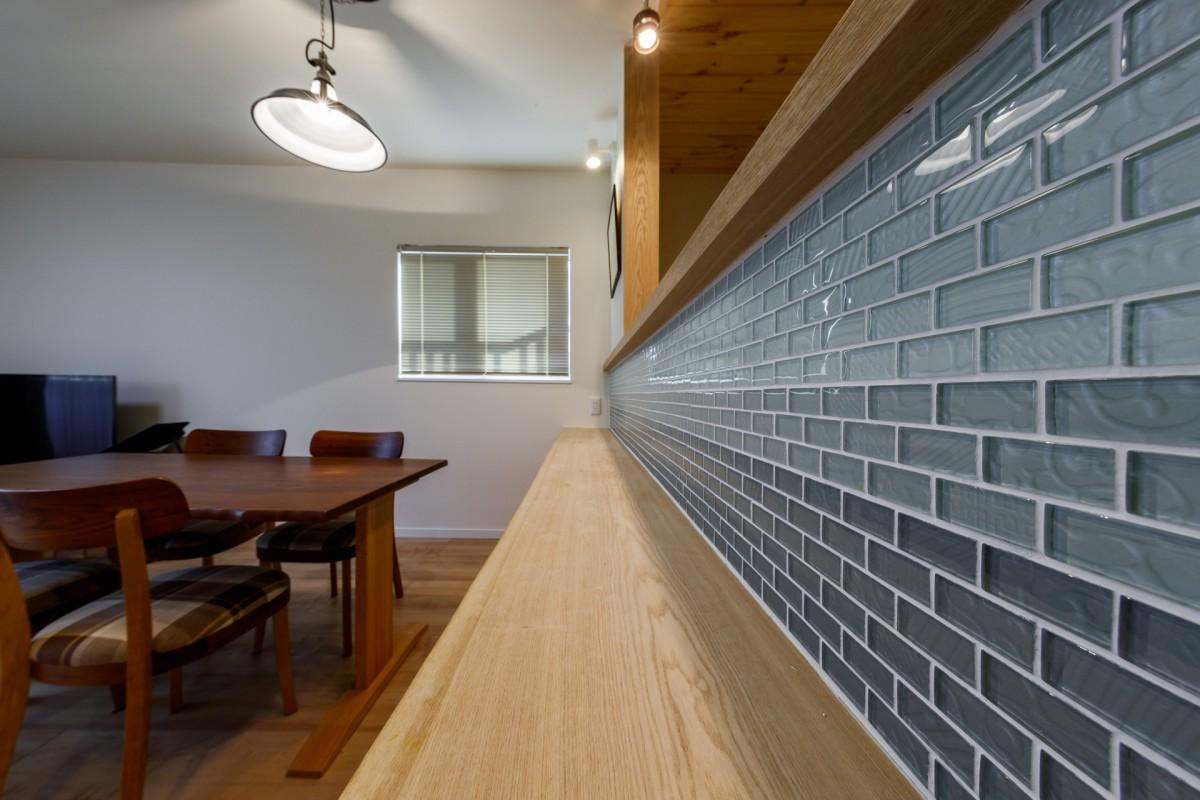 カウンター部分にはグラデーションのタイルでキッチン側と違う表情が楽しめる。
