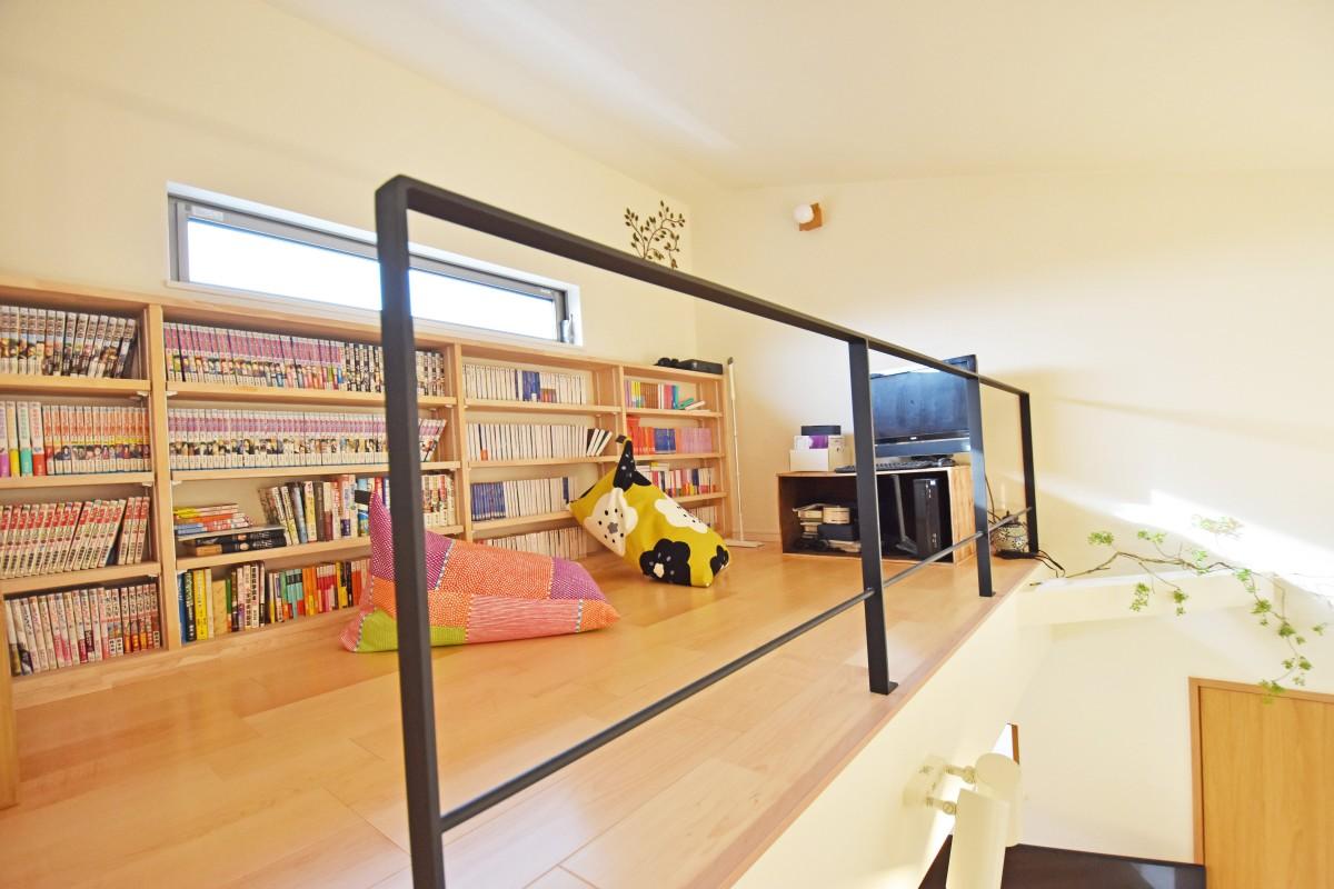 大工さん手作りの棚一面に本や漫画。1人の時間をゆっくりと過ごせるロフト