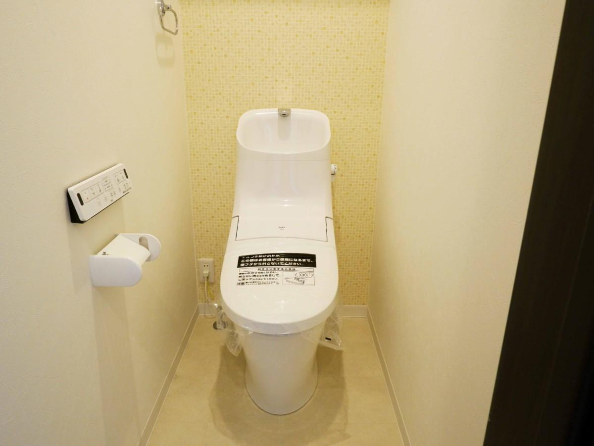 アクセントクロスで明るいトイレに。