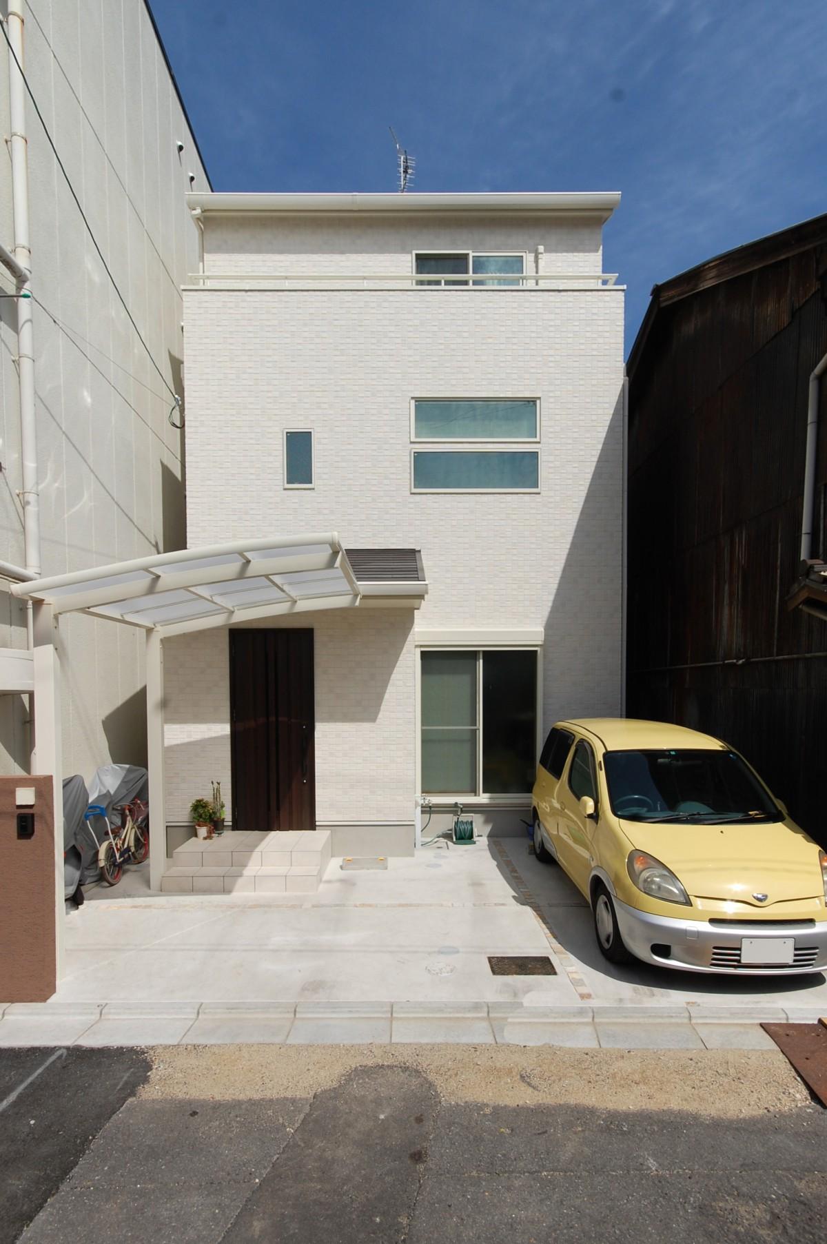 1階はご両親の生活スペース。お互いの空間 をゆったり確保された3階建ての2世帯住宅