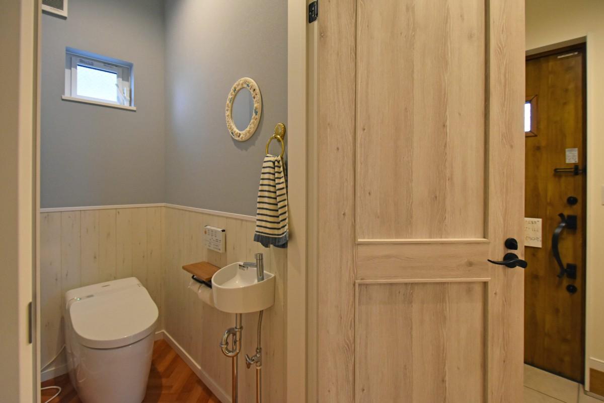 トイレの中も木調のデザインでおしゃれに。