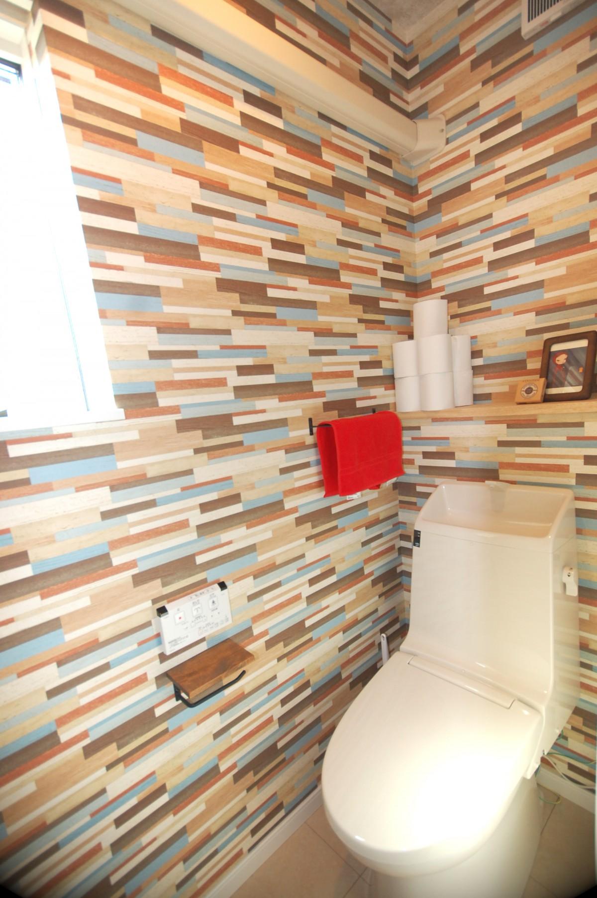 トイレはおしゃれな壁紙で遊び心をプラス