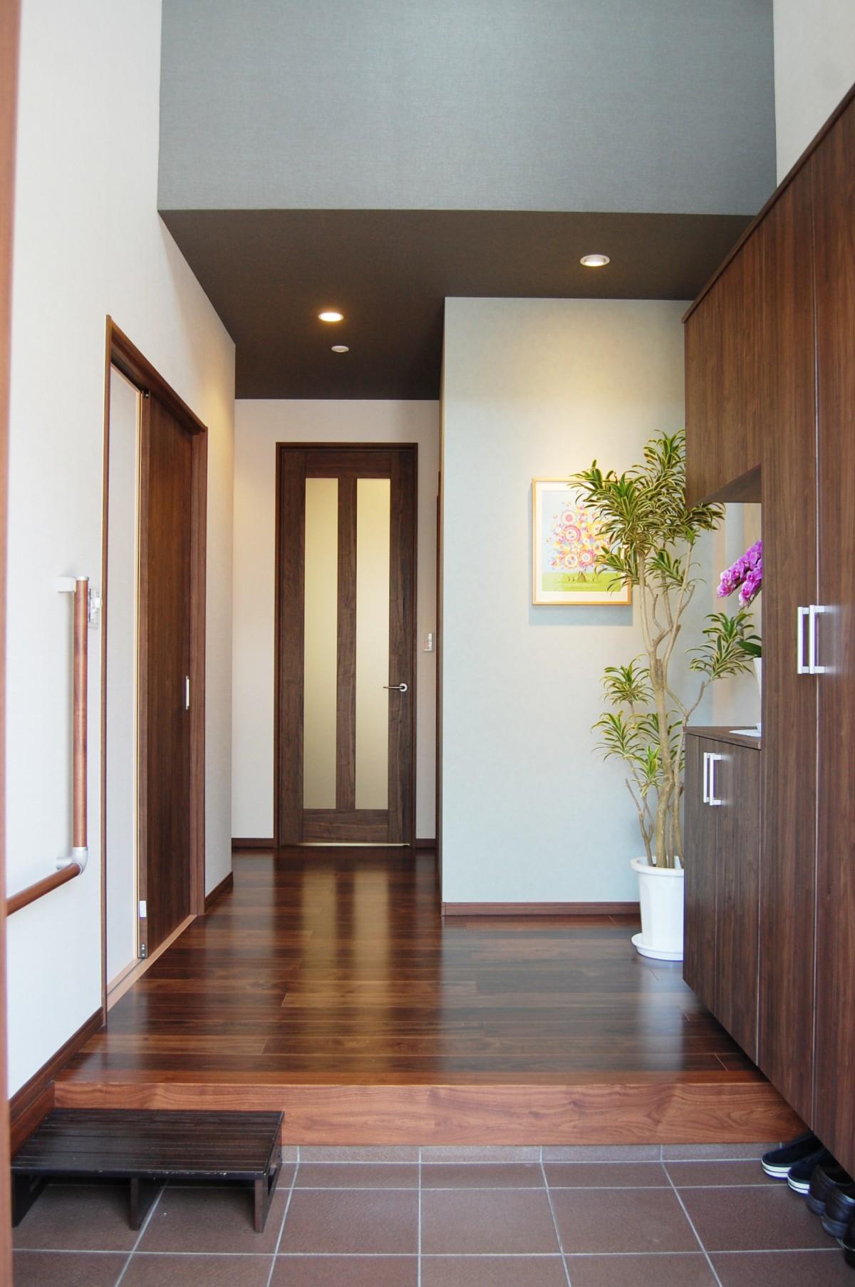 上部が吹抜けになった、明るく開放的な玄関。 2階に居ても家族の帰宅を迎えられる