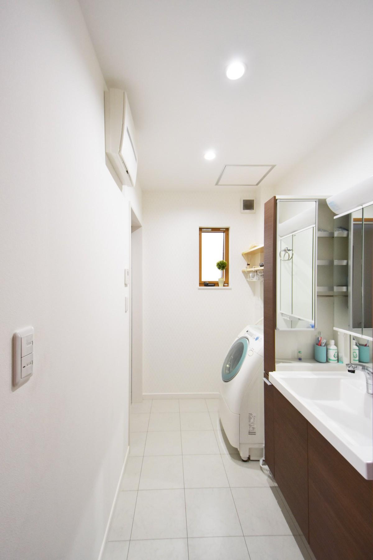 収納できる場所が多いすっきりとした洗面室