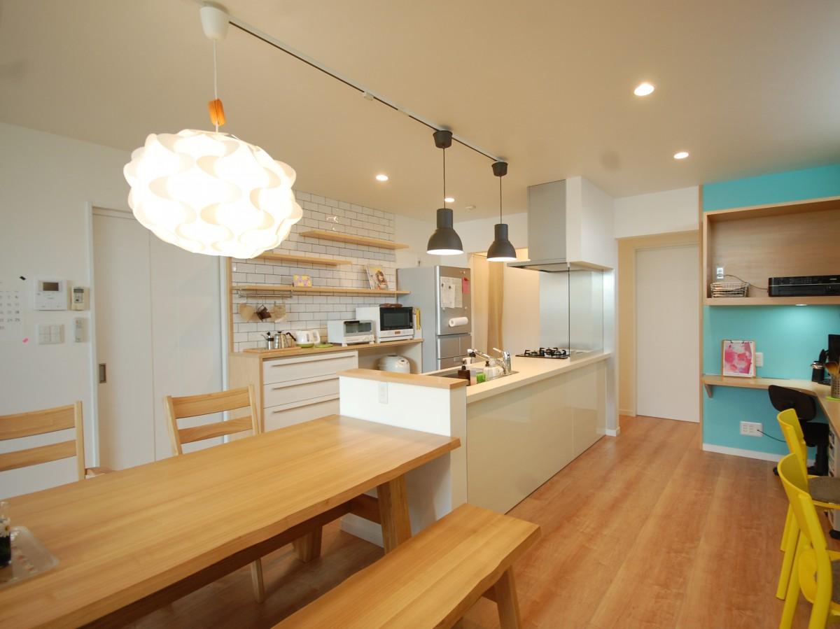 ぐるぐる回れるアイランドキッチンのあるカフェ風のおしゃれなお家が完成しました