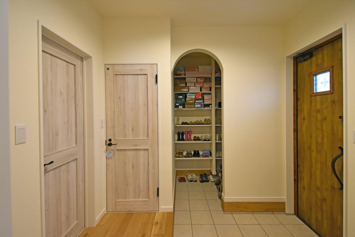 玄関横の土間収納は広めに確保。ゆったりとした収納スペース。
