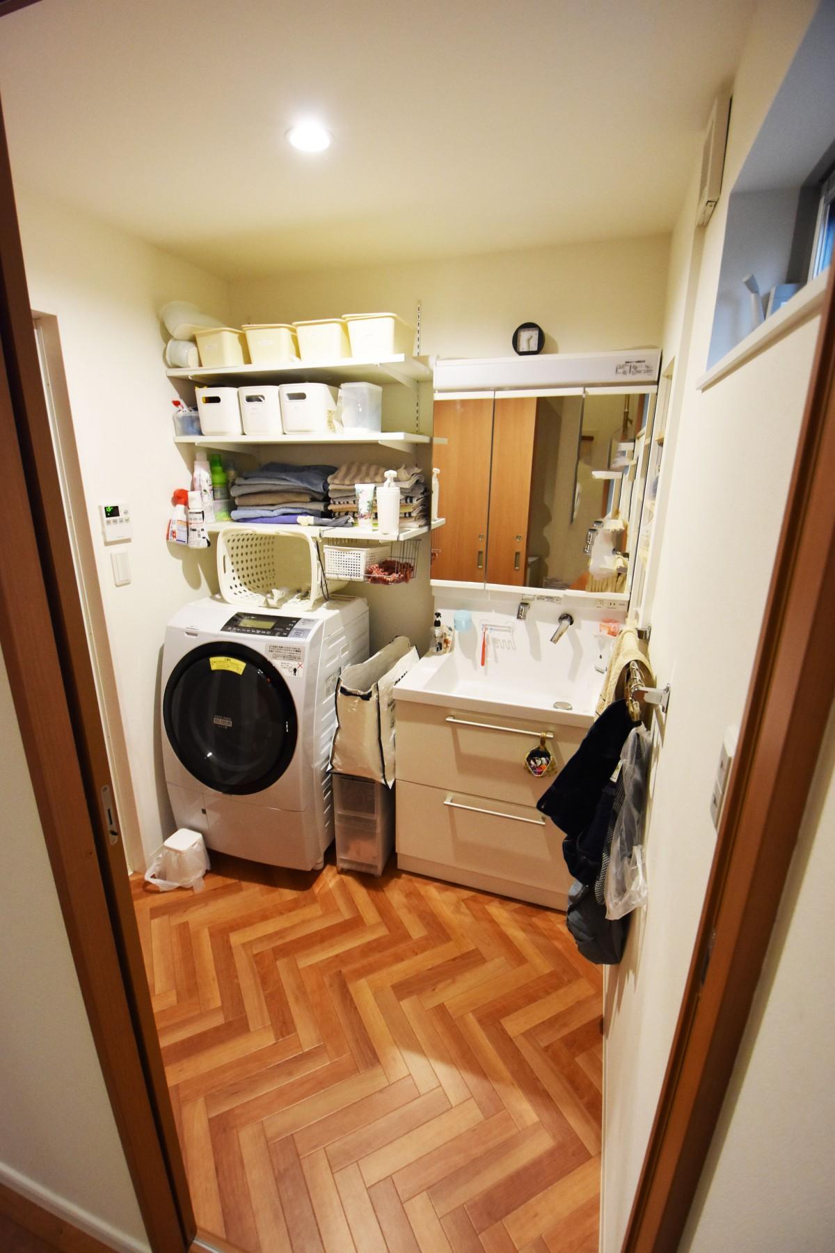 床は目を引くヘリンボーンのクッションフロア。収納力も抜群な洗面室に。