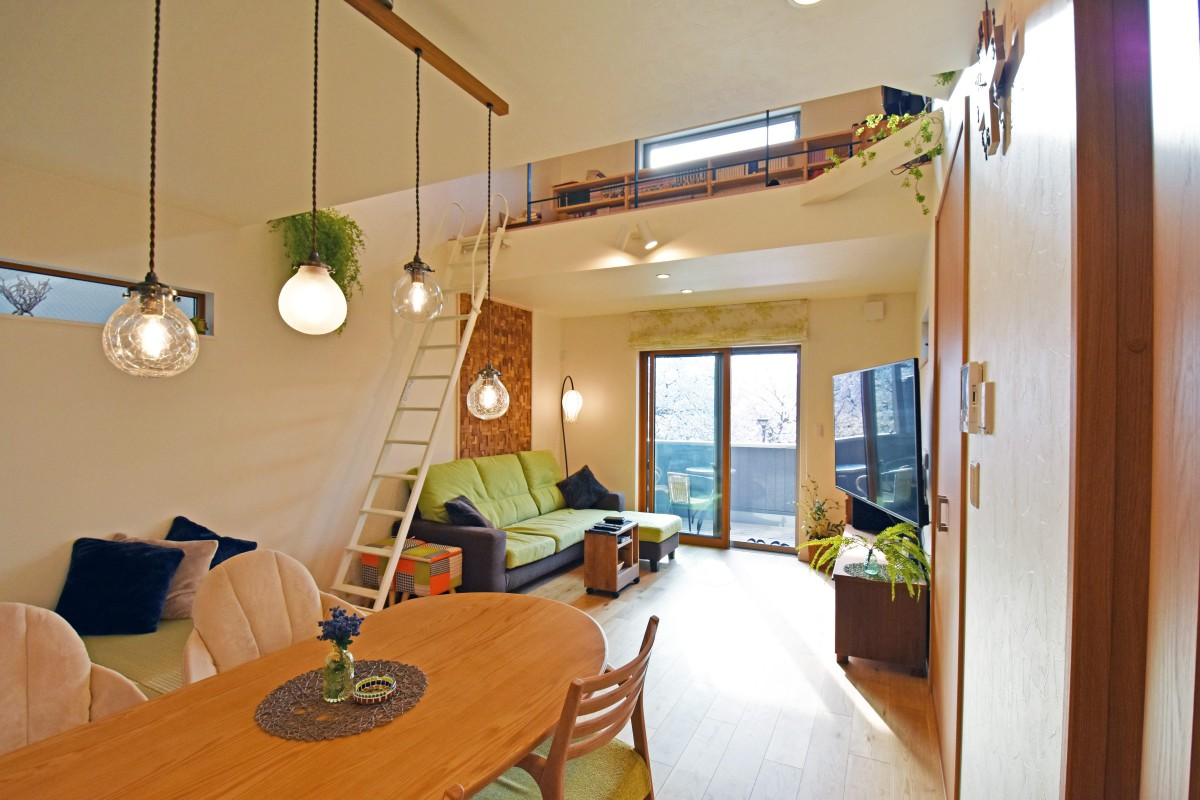 グリーンや照明が映える、太陽と風と緑を感じる家が完成