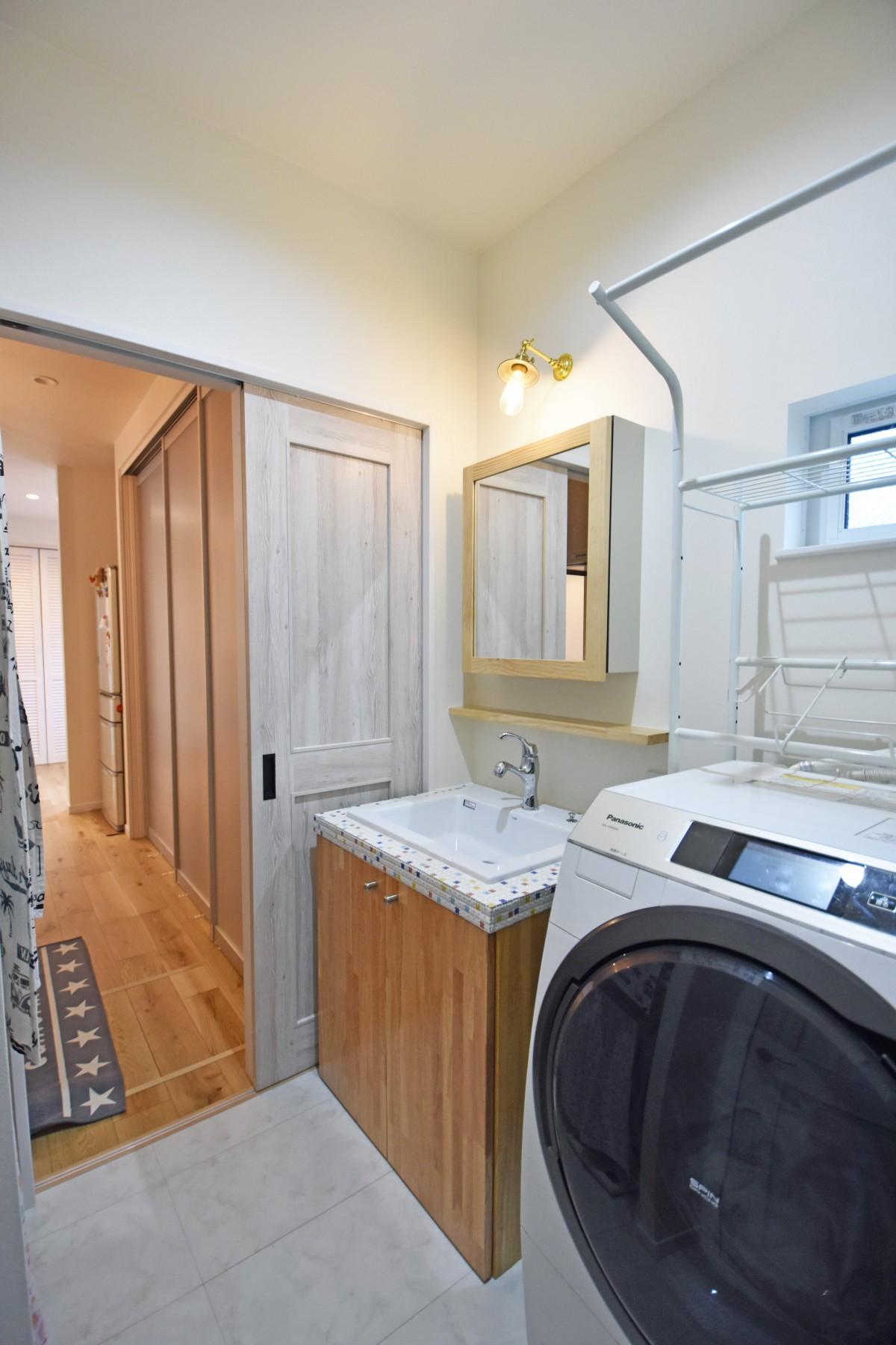 キッチンから直接アクセスできる洗面室は家事がスムーズにできてラクチン。