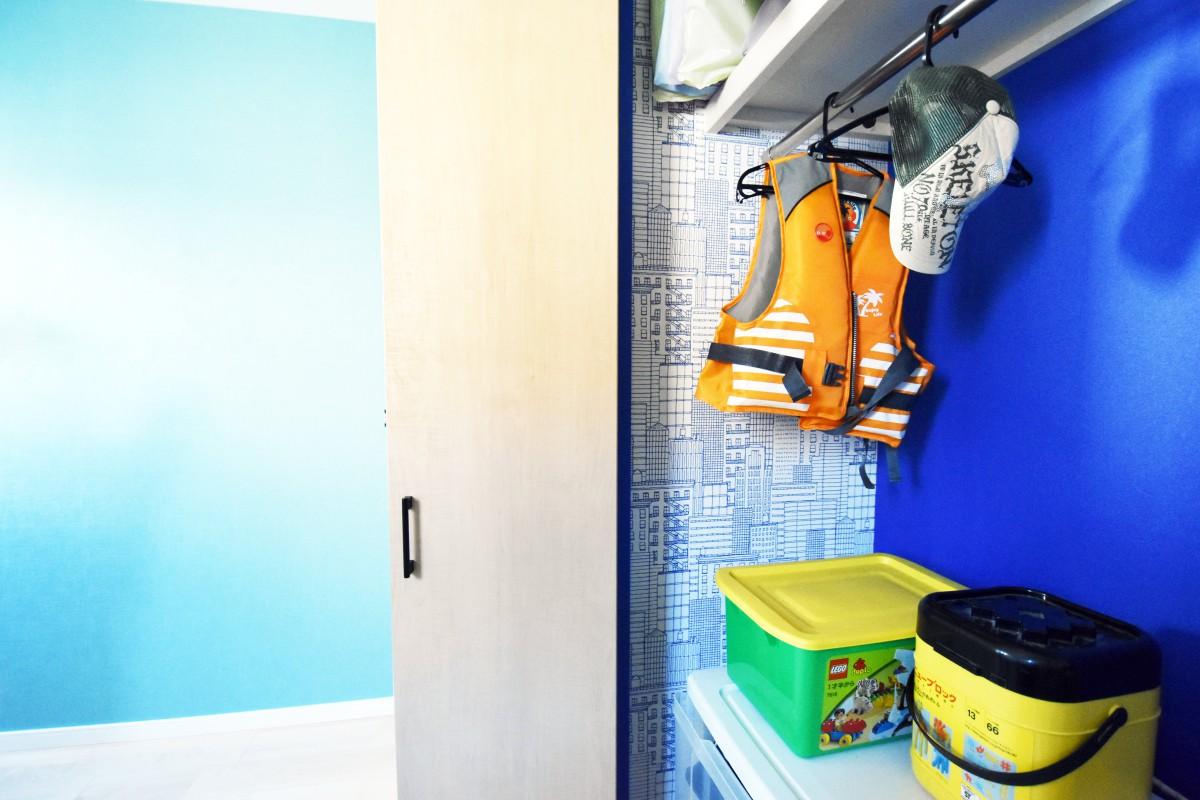 鮮やかな青色とPOPな柄で楽しい子ども部屋
