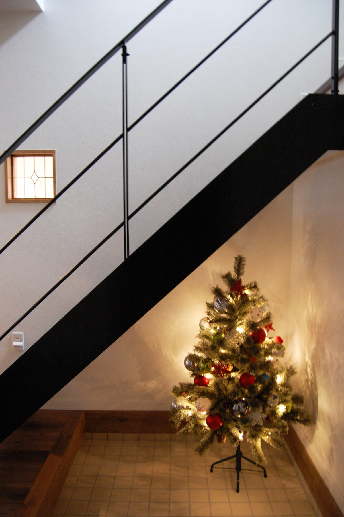 アイアン手摺がカッコイイ、玄関 ホールのスケルトン階段