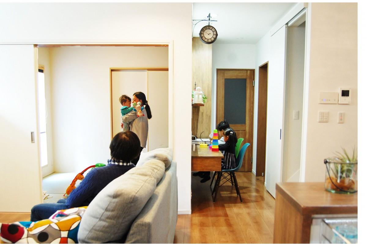 子ども達のデスクコーナーや和室、リビングが繫がっている繫がりを感じる設計。
