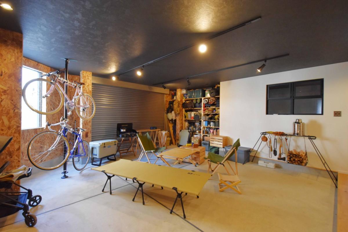 車庫と土間が一体になったインナーガレージ。映画鑑賞やちょっとした作業もでき、楽しみ方無限大。