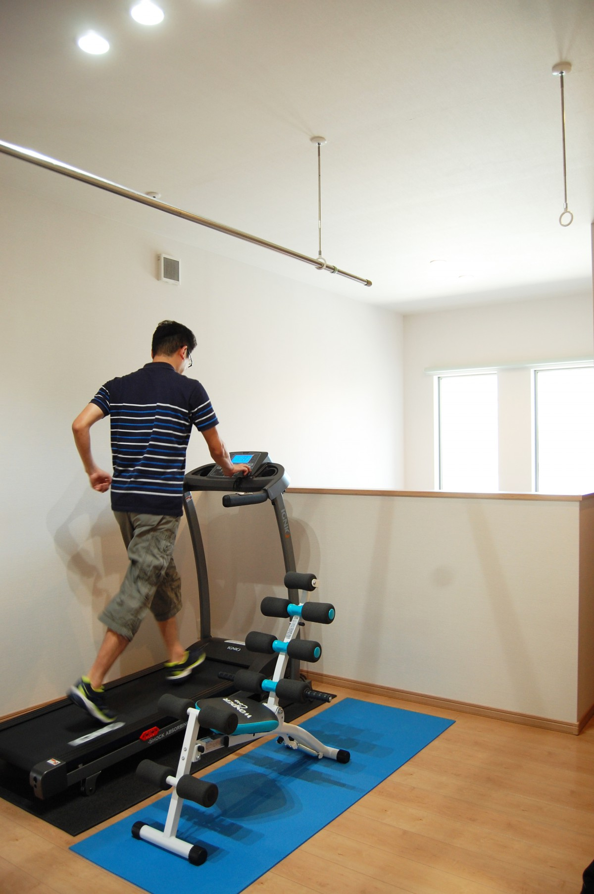 トレーニングができる2階共有スペース。家族 が個室にこもらず一緒に過ごせるよう、考案