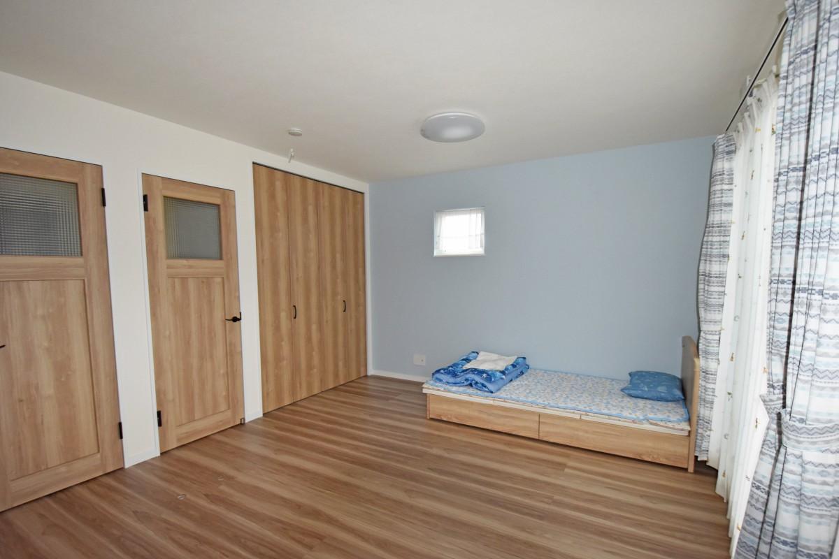 子ども部屋でも木の暖かみが感じられ、将来部屋が区切れるように設計されている。