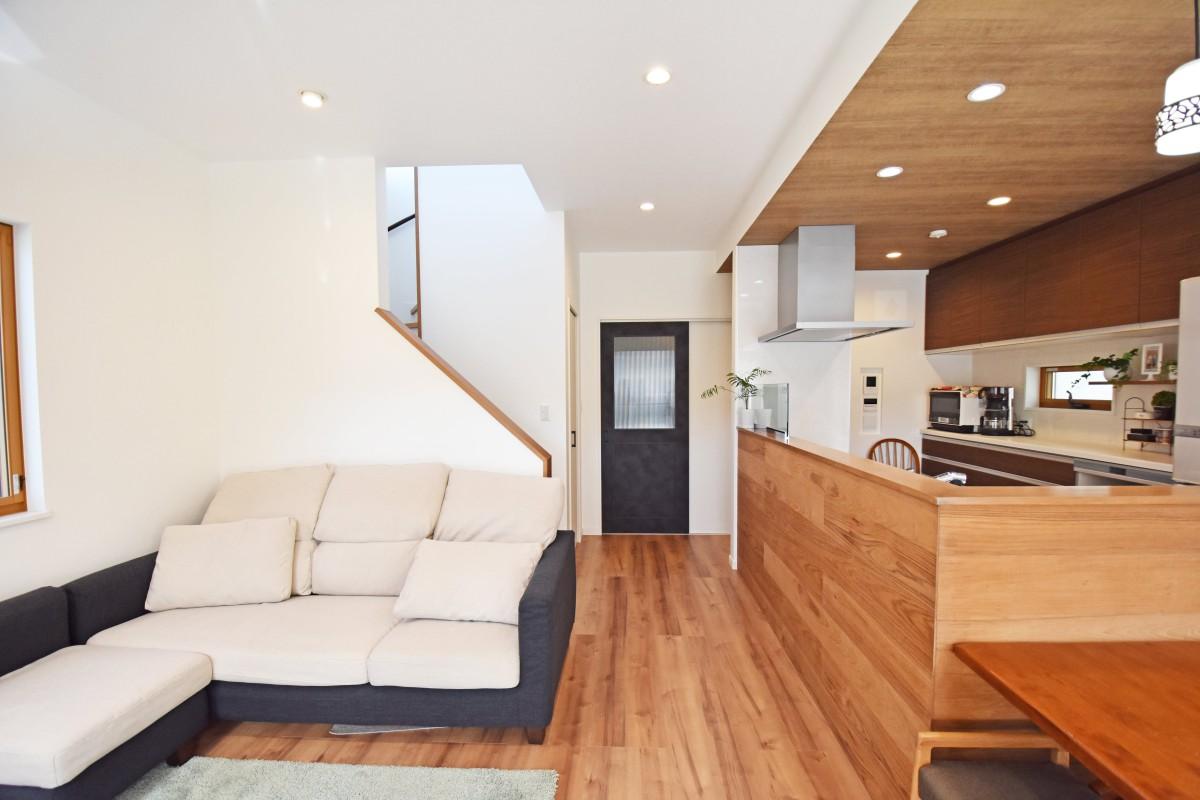 キッチンだけあえて天井を低くし木を張り上げたおしゃれなキッチン