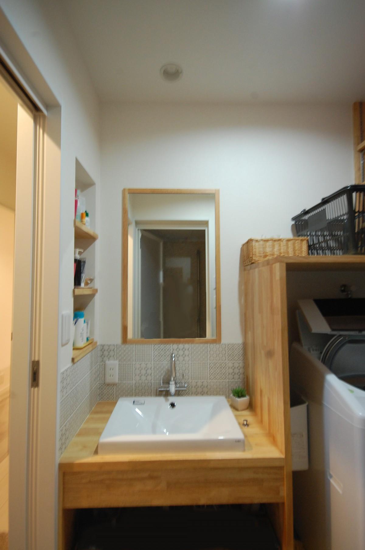 棚や収納をたくさん作り、すっきり片付くように