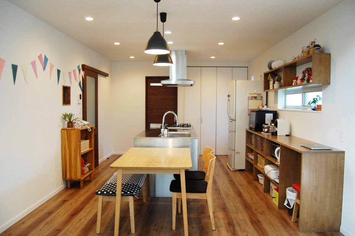 LDKの中心はアイランドキッチン。絶対取り入れたかったというグローエ社の水栓やステ ンレス天板のシャープさと、木の組み合わせがさりげなくてオシャレ。