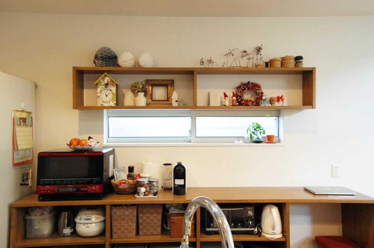 造作の棚は見せる収納 にし、カゴなどで自分らしさをプラス