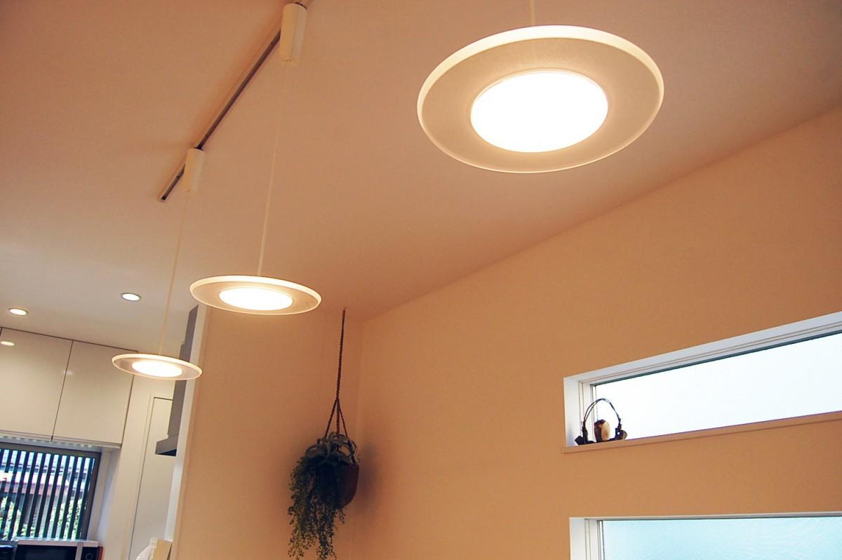 部屋の雰囲気と調和するモダンな照明