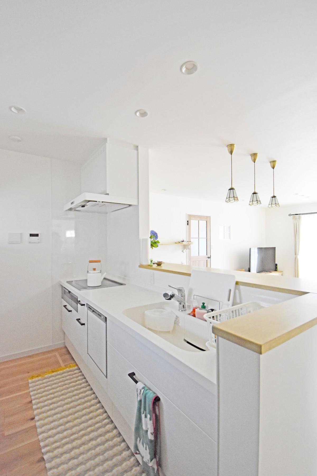キッチンは清潔感のある白に。