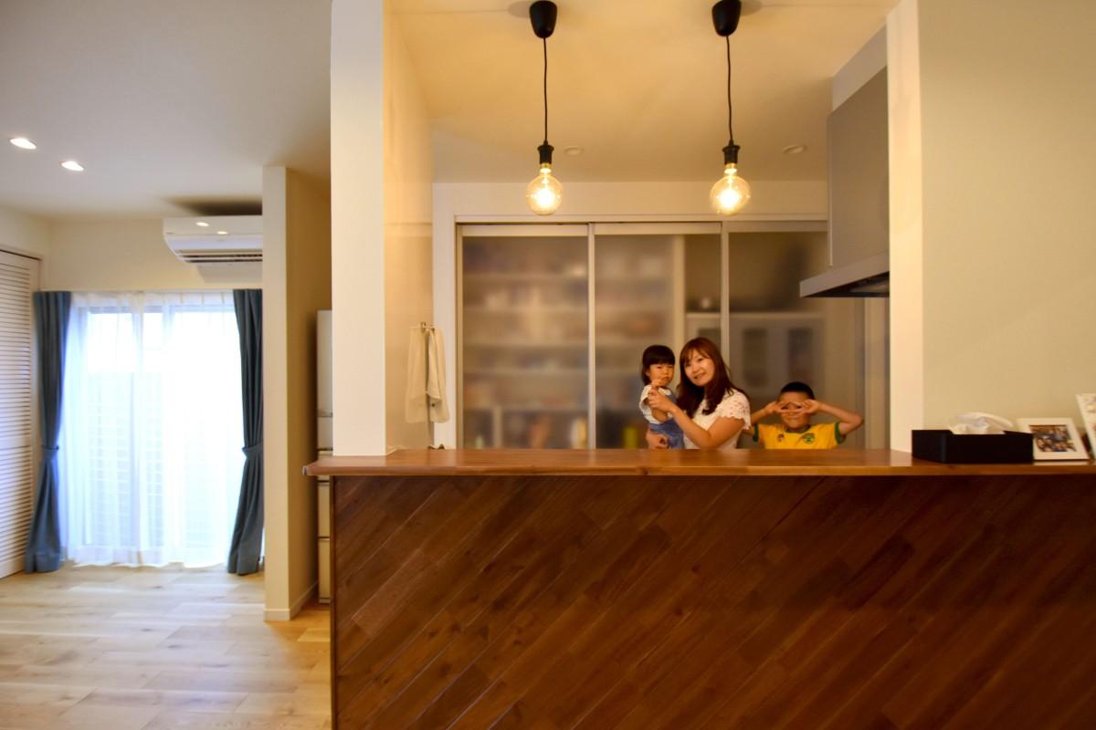 料理のお手伝いなどが気軽にできる開放的なキッチン。収納も豊富なので子どもが汚す心配もない。