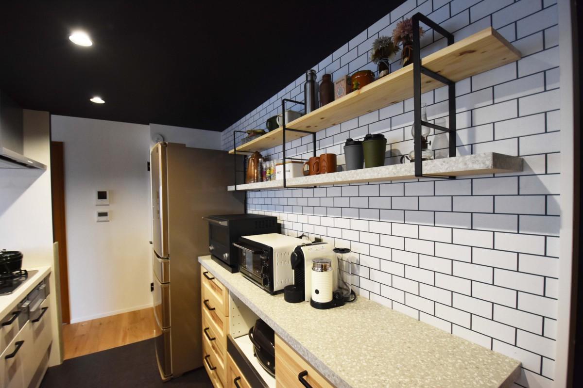 お気に入りの食器や家電を並べて飾ることができるカフェのようなスペース。