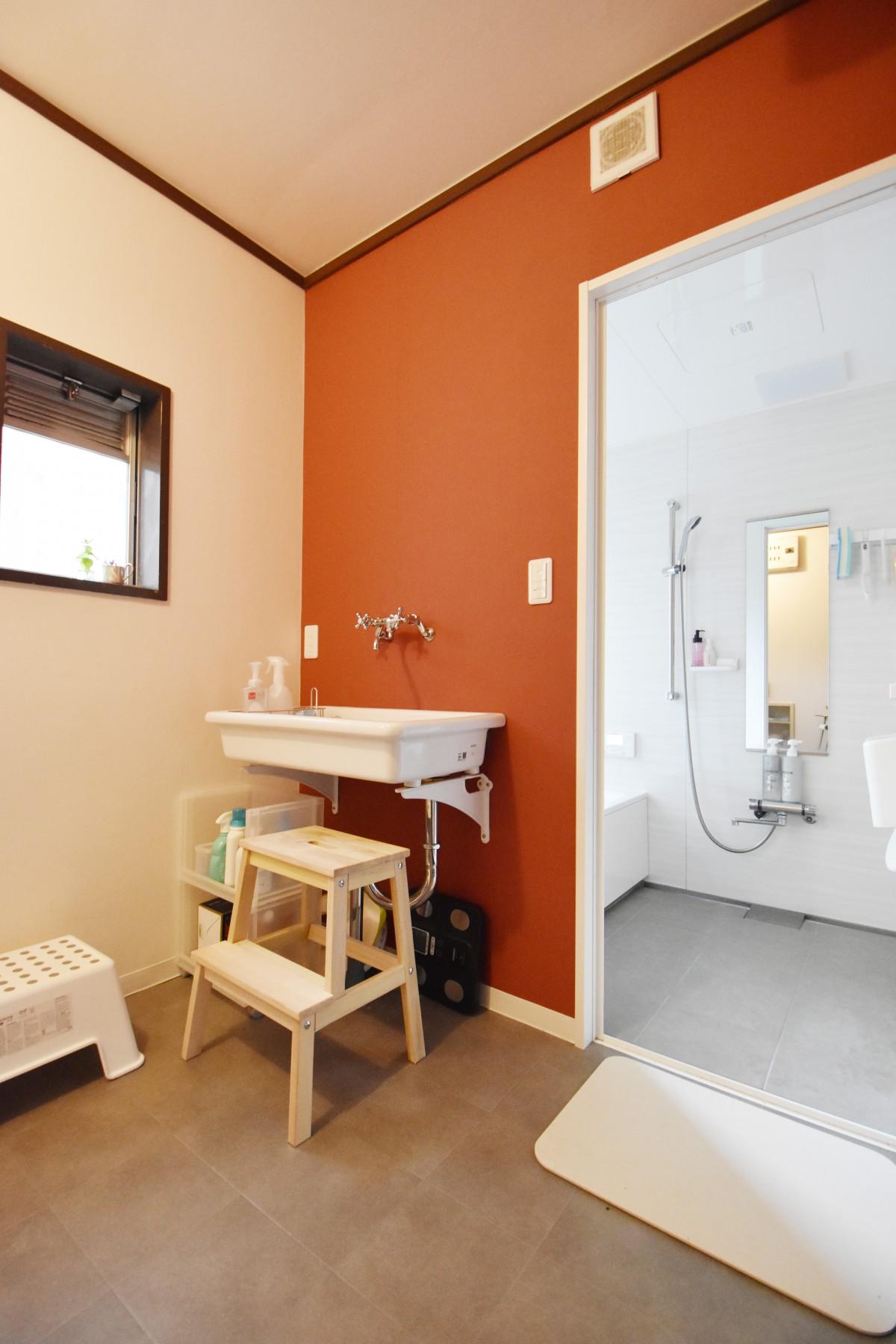 ヨーロッパ風の洗面室 壁紙の色合いも少し変えてオシャレに