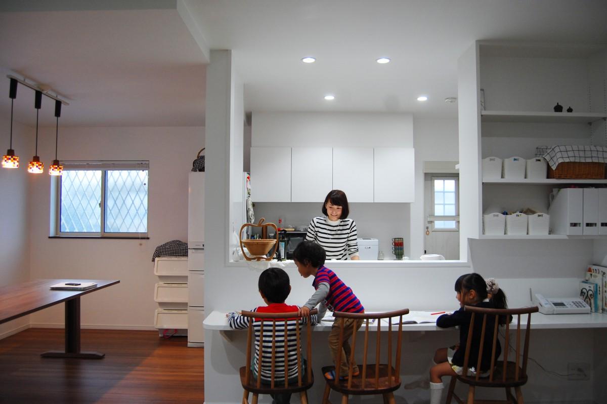 清潔感溢れる白色のキッチン デスクカウンターやミリ単位でこだわった本棚はこどもたちの勉強づくえにも使える