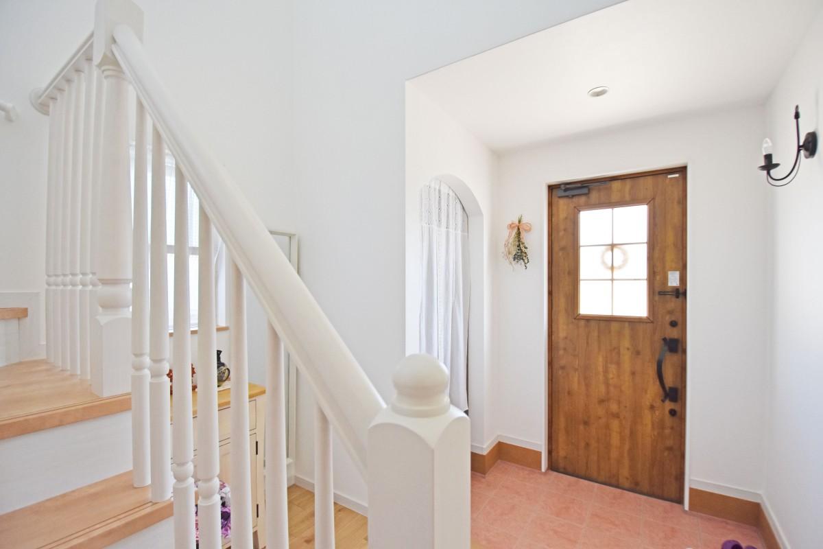 階段の白い手すりは大工さんの手づくり