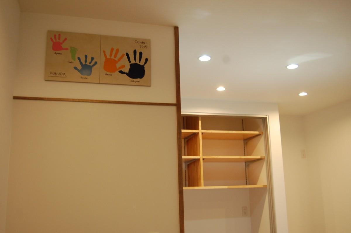 家づくりの記念にと家族みんなの手形を壁に取り付けました。