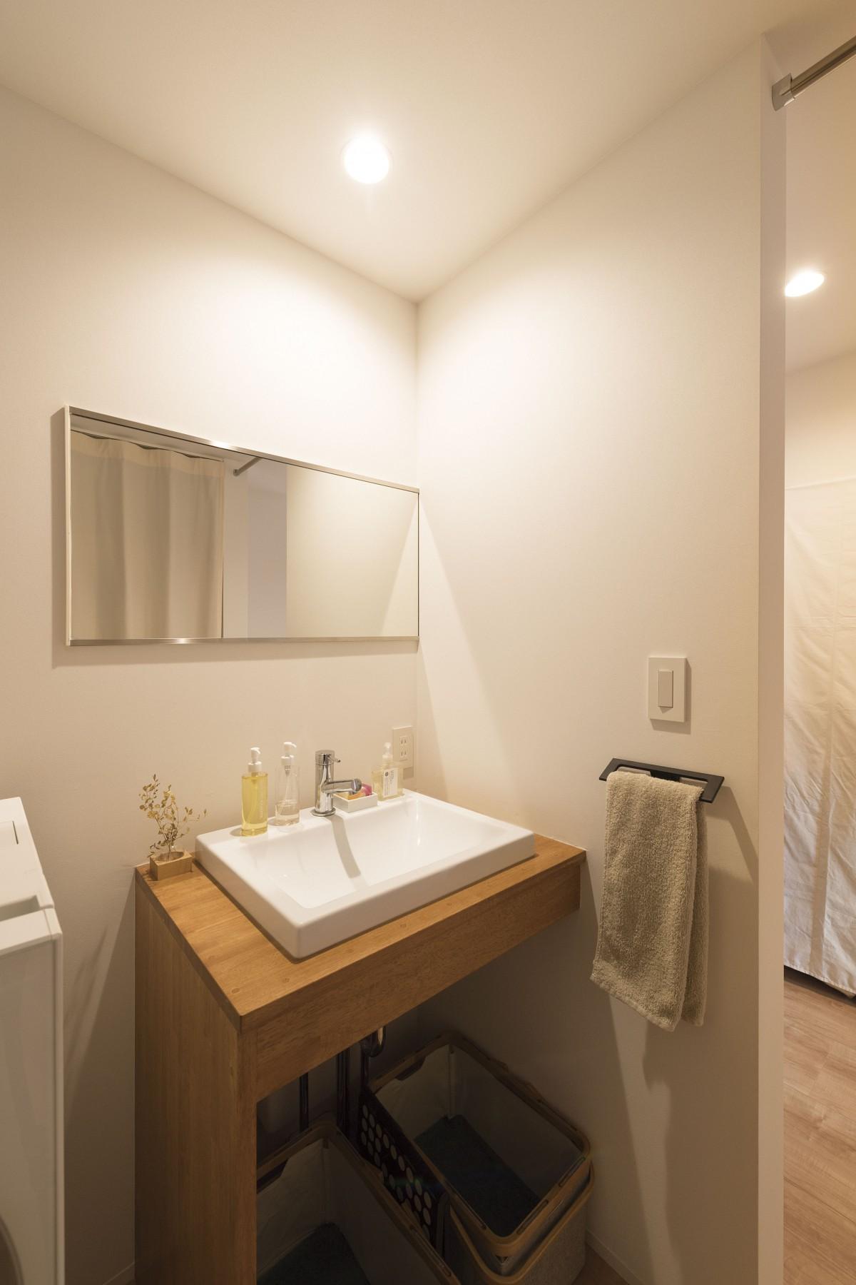 手作りの洗面台は大工さんの手作り。 鮮やかな石鹸がより洗面台を鮮やかに彩ります