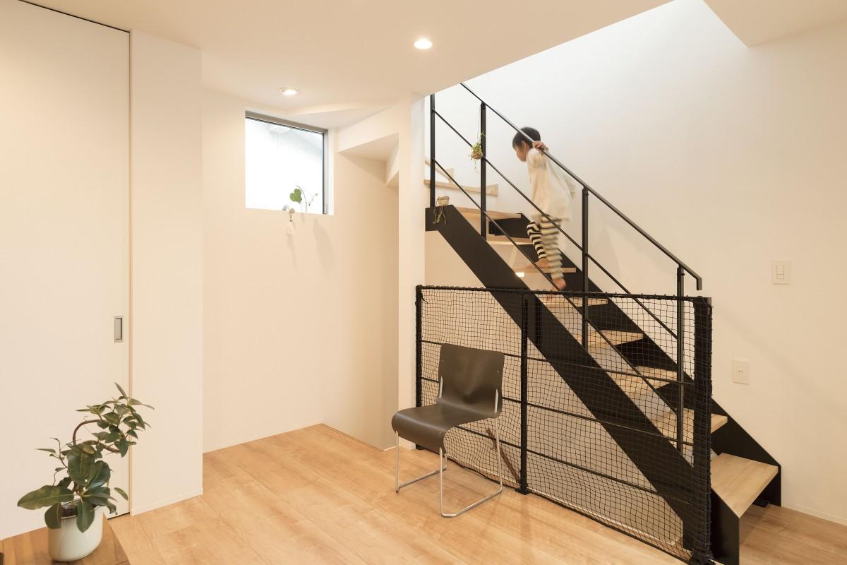 すっきりした印象と空間を広く魅せるアイアン製の階段