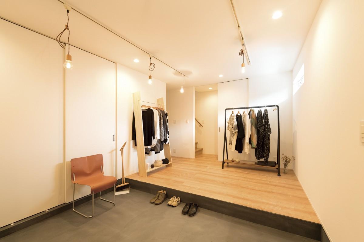 お店のような玄関は壁の無いオープンなスペース お気に入りの服や雑貨を飾って暮らす