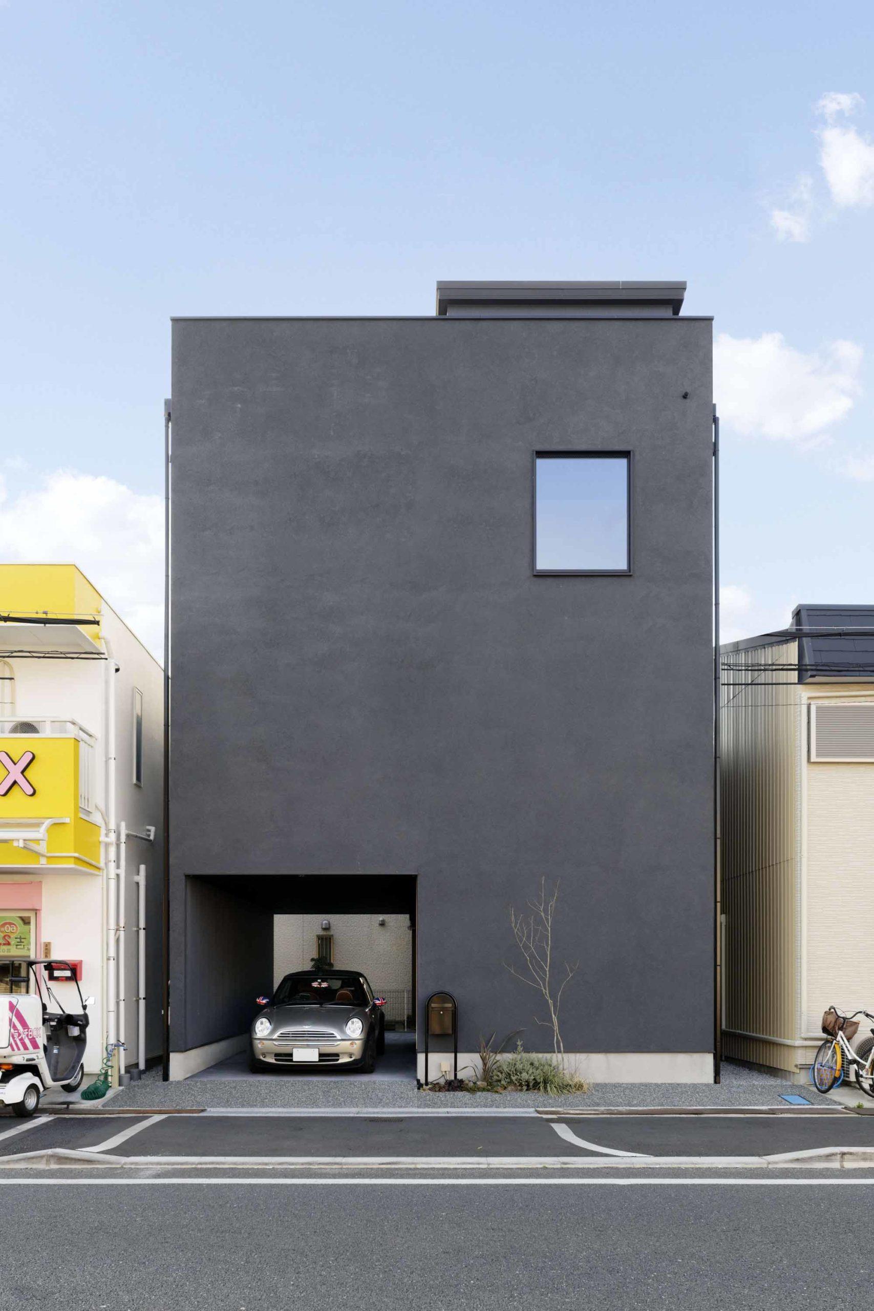 真四角の形をしたメンズライクな黒いシンプルな外観