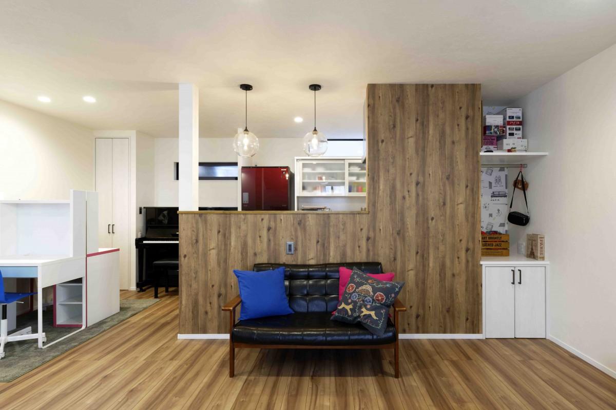 キッチンの壁には、木目調のクロスを。