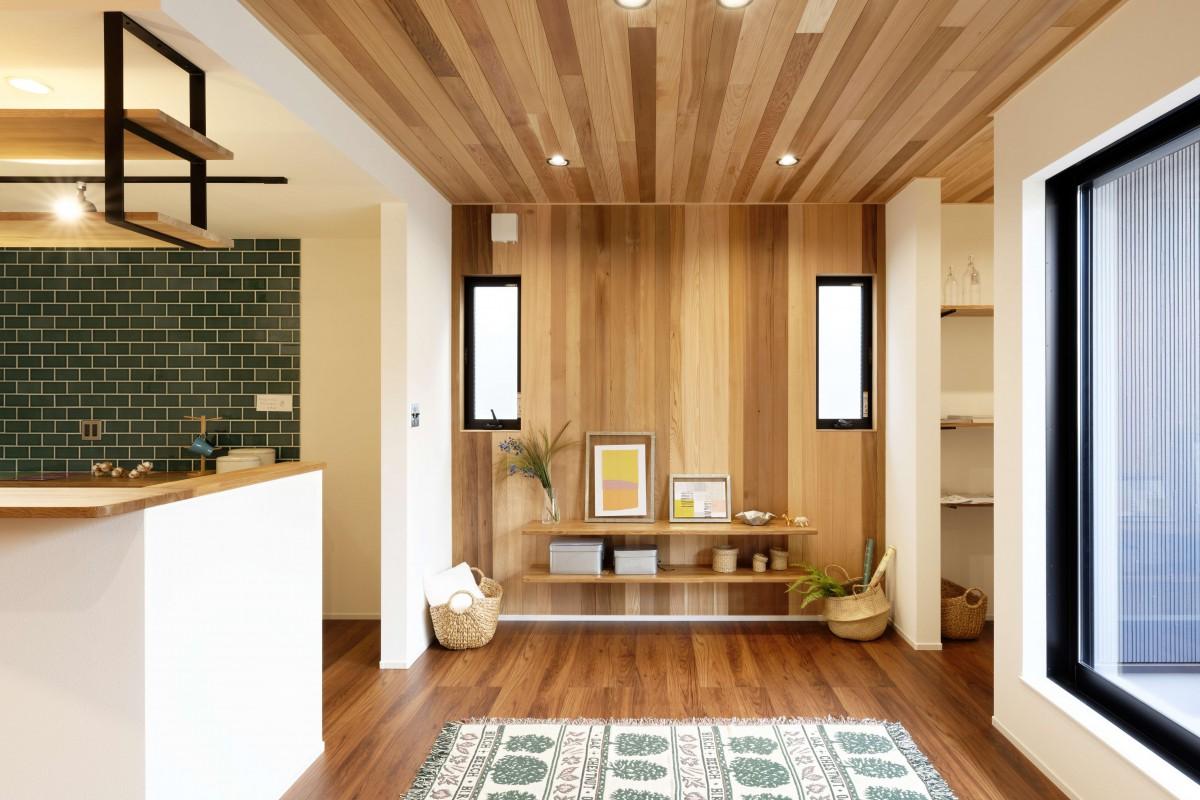 変化も楽しめる天井と壁に取り付けた本物の木