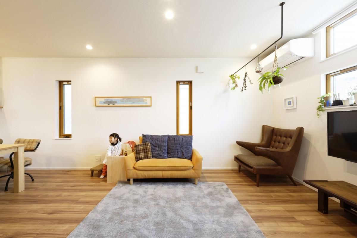 ゆったりくつろげるリビング アイアンで作った室内干しは、植物をかけておしゃれに
